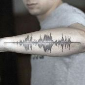 Soundwave-tattoo op arm